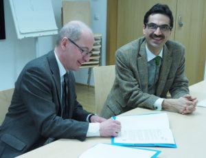 Rektor Faulhammer bei der Unterzeichnung des MoU